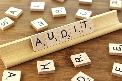 Afbeelding van een scrabble plankje met het woord 'audit'